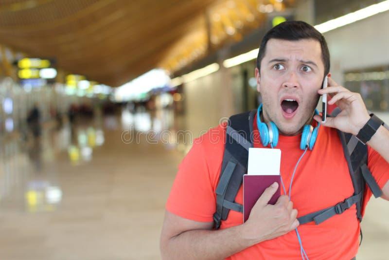 Geschokte reiziger die een onverwacht telefoongesprek krijgen royalty-vrije stock afbeeldingen