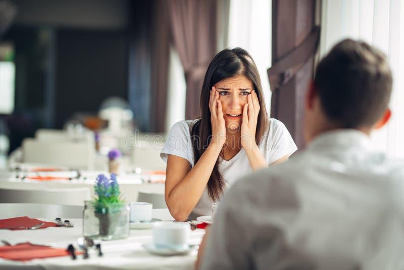 Geschokte vrouw in ongeloof die slecht nieuws behandelen Beklemtoonde schreeuwende vrouwelijke hoorzitting over financiële proble stock foto