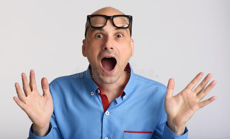 Geschokte zakenman die glazen dragen royalty-vrije stock afbeeldingen