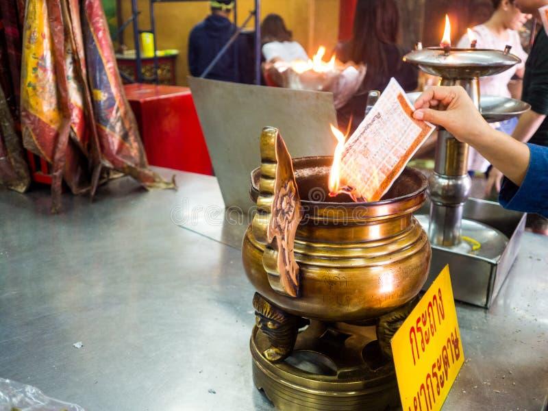 Geschonken doodskist in Wat Hua Lamphong, Tempel in Bangkok stock afbeeldingen