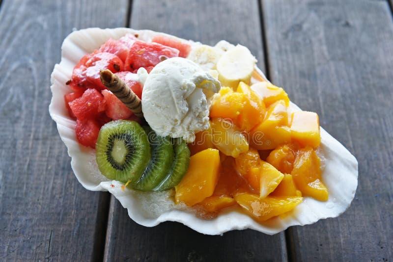 Geschoren ijsdessert met vers fruit royalty-vrije stock fotografie