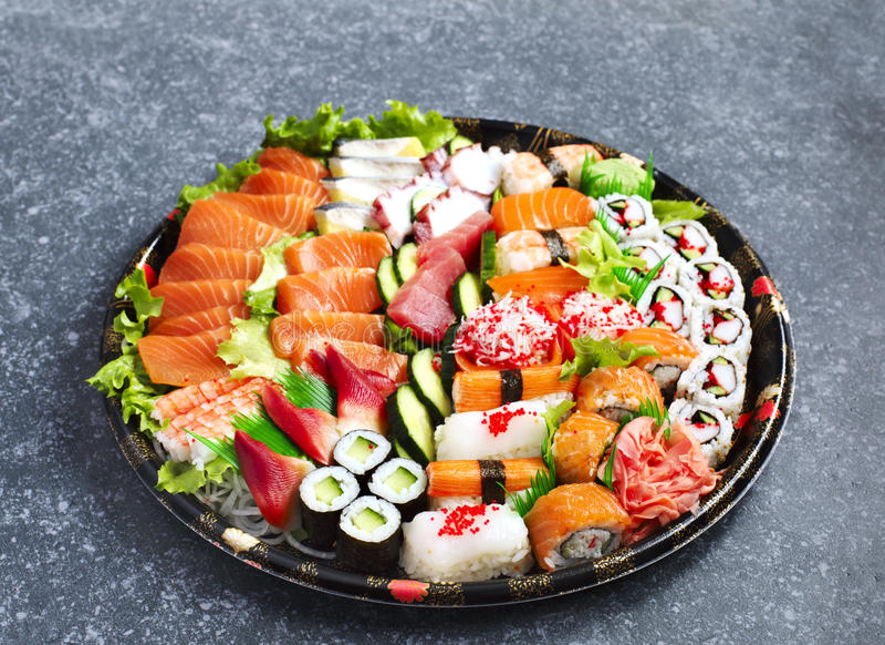 geschossen auf Schwarzem Verschiedener Sashimi, Sushi und Rollen lizenzfreies stockfoto