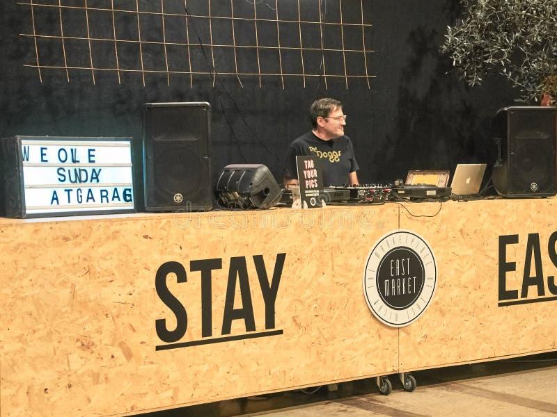 Geschossen vom DJ, das Weinlesemusik auf Ostmarkt spielt lizenzfreie stockfotos
