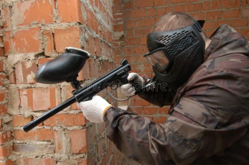 Geschossen vom Scharfschützen des Paintballspielers. stockfotos
