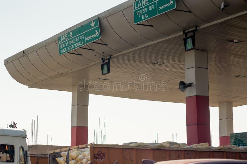 Geschossen von einem Gebührnstand, der die Wege, die Zeichen und die Lichter zeigt lizenzfreies stockbild