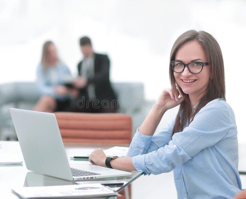 Geschossen von einer attraktiven reifen Geschäftsfrau, die an Laptop in ihrem Arbeitsplatz arbeitet lizenzfreie stockbilder