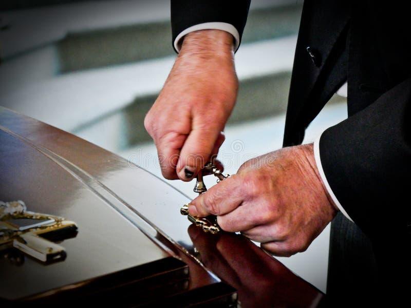 Geschossen von einer bunten Schatulle in einem Leichenwagen oder von der Kapelle vor Begräbnis oder Beerdigung auf Kirchhof stockfotografie