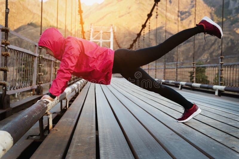 Geschossen von einer erwachsenen Leichtathletikfrau, die morgens ausarbeitet lizenzfreie stockbilder