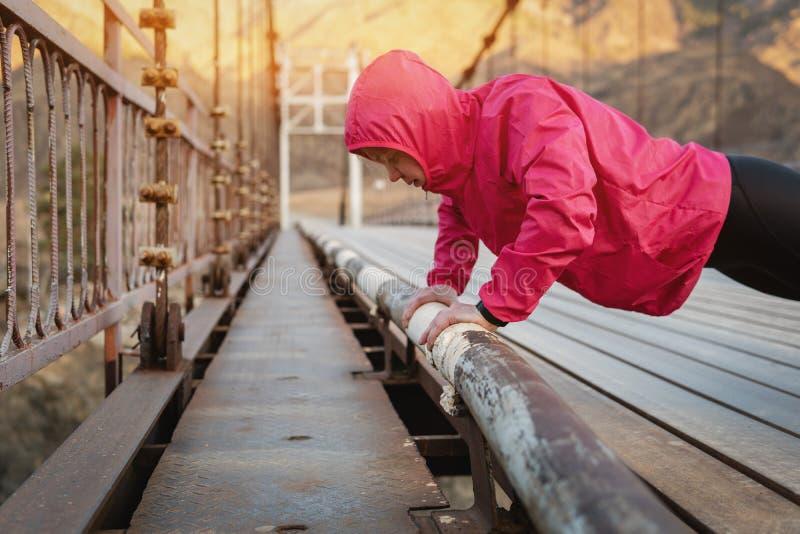 Geschossen von einer erwachsenen Leichtathletikfrau, die morgens ausarbeitet lizenzfreies stockbild