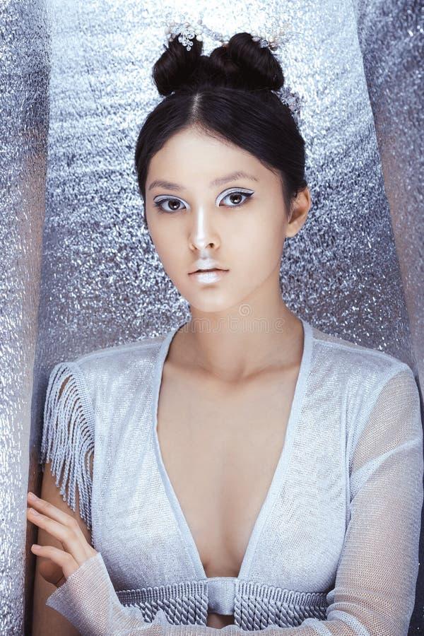 Geschossen von einer futuristischen jungen asiatischen Frau lizenzfreies stockbild