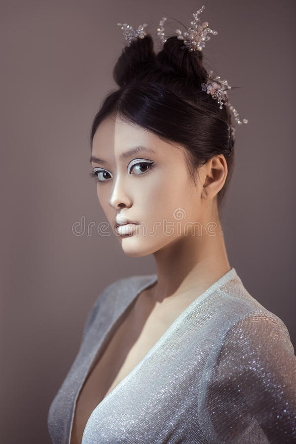 Geschossen von einer futuristischen jungen asiatischen Frau stockfotografie