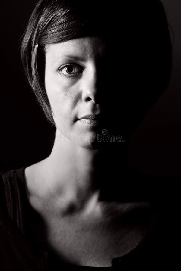 Geschossen von einer nachdenklichen Frau lizenzfreie stockbilder