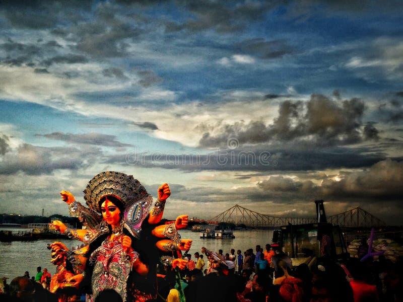 Geschossen während der Immersion der Göttin Durga stockfotografie