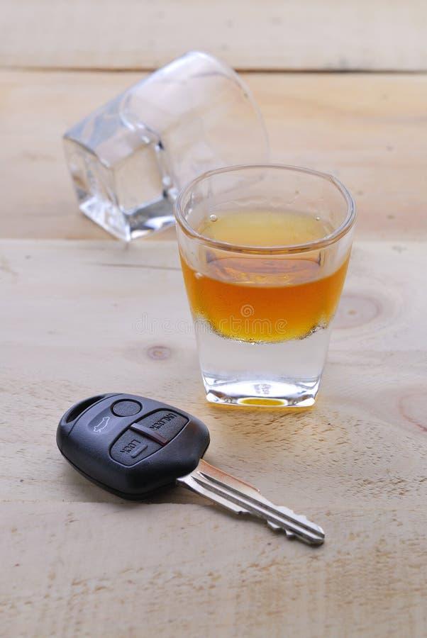 Geschoten glas met autosleutels stock afbeeldingen