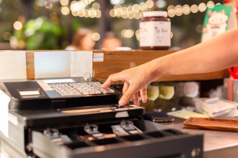 Geschoten in laag lichthand het drukken elektronisch geldregister in een winkel royalty-vrije stock foto's