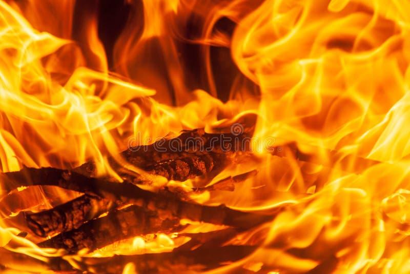 Geschoten van het branden van brandhout in open haard stock afbeelding