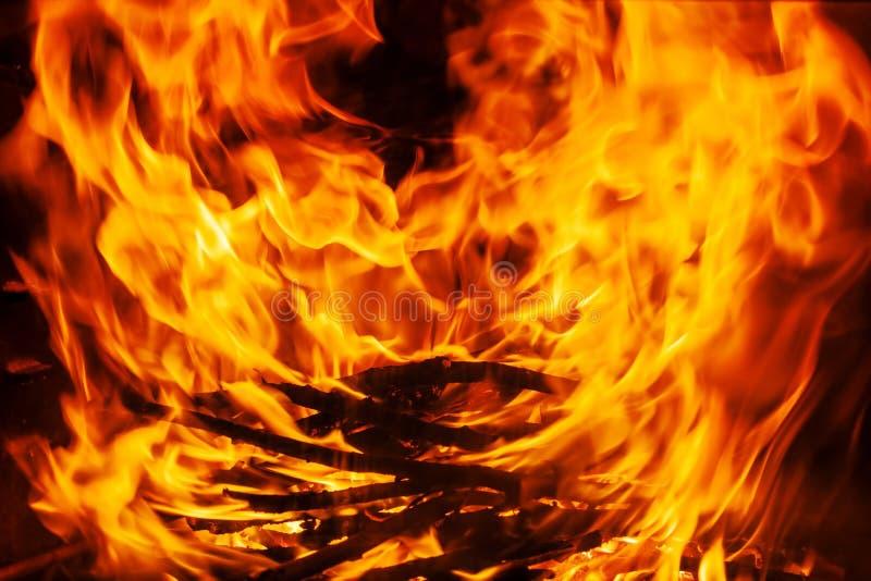 Geschoten van het branden van brandhout in open haard royalty-vrije stock foto