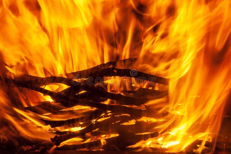 Geschoten van het branden van brandhout in open haard royalty-vrije stock foto's
