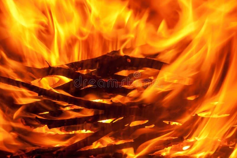 Geschoten van het branden van brandhout in open haard stock foto