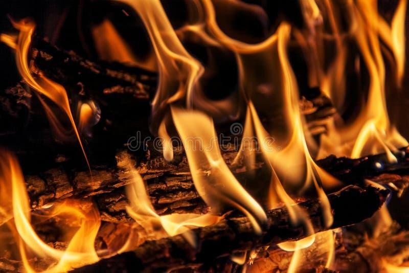 Geschoten van het branden van brandhout in open haard stock afbeeldingen