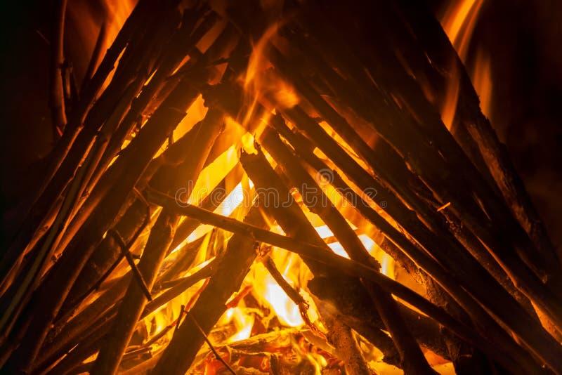 Geschoten van het branden van brandhout in open haard royalty-vrije stock afbeeldingen