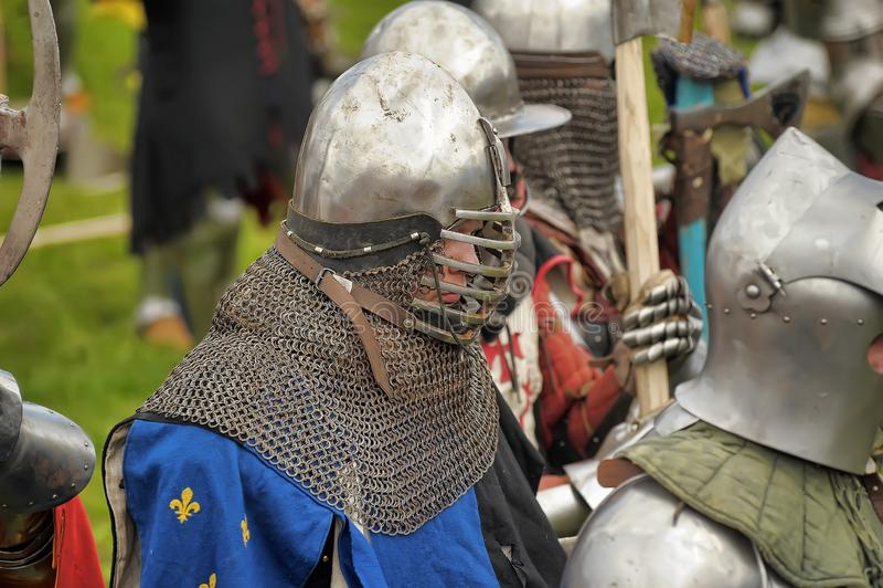 Geschoten van het Vooruitgaan van Leger van Viking Warriors Het middeleeuwse weer invoeren royalty-vrije stock afbeeldingen