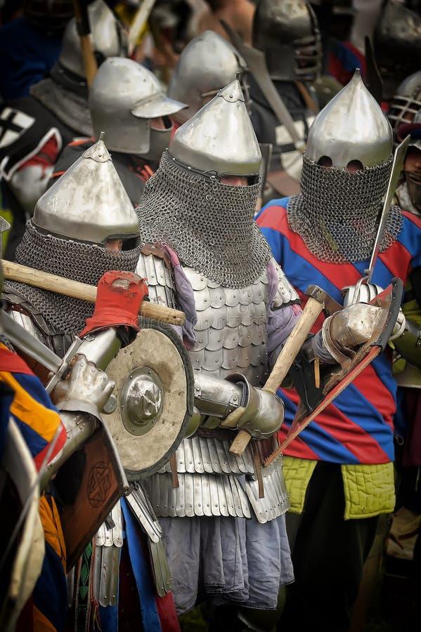 Geschoten van het Vooruitgaan van Leger van Viking Warriors Het middeleeuwse weer invoeren stock afbeelding