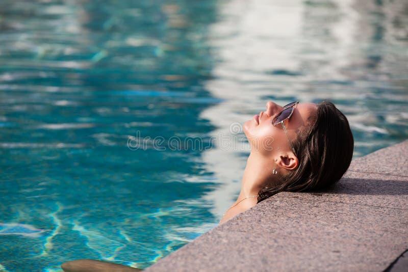 Geschoten van jonge vrouw in zwembad royalty-vrije stock fotografie