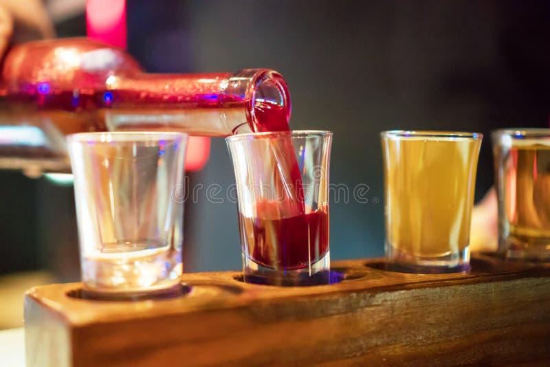 Geschotene glazen met alcoholische drank stock afbeeldingen