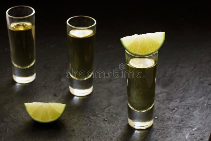 Geschotene Tequila, Mexicaanse Alcoholische sterke dranken en stukken van kalk met zout in Mexico royalty-vrije stock afbeeldingen