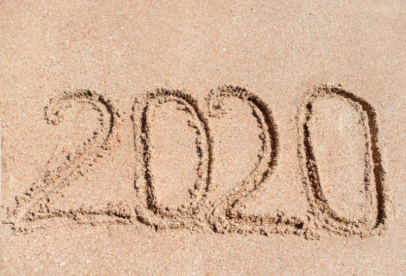 2020 geschrieben in den Sand am Strand lizenzfreies stockbild