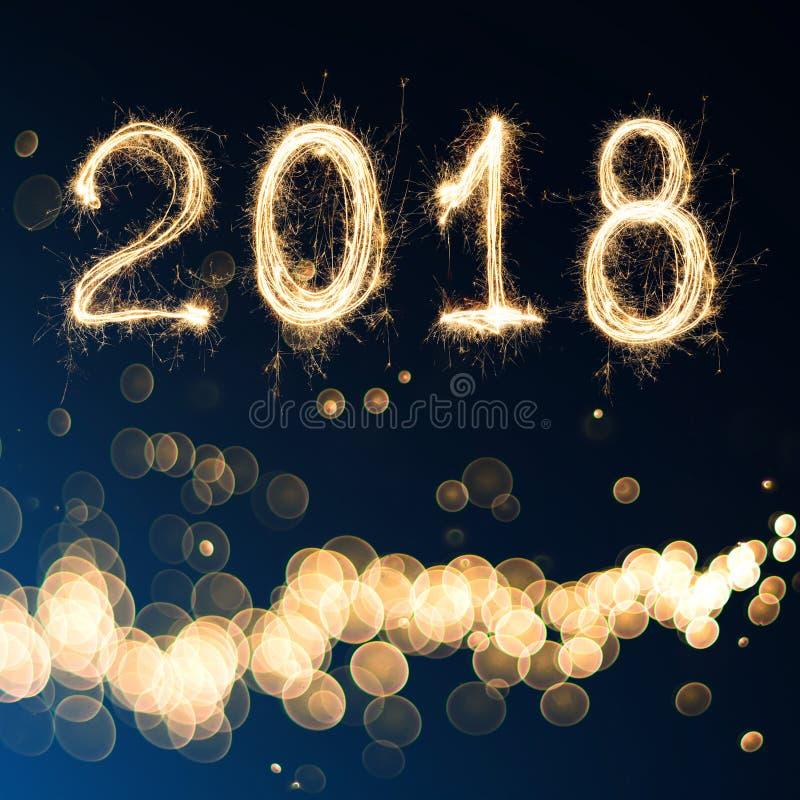 2018 geschrieben mit Scheinfeuerwerk auf schwarzen Hintergrund, 2018 ha stockfotografie