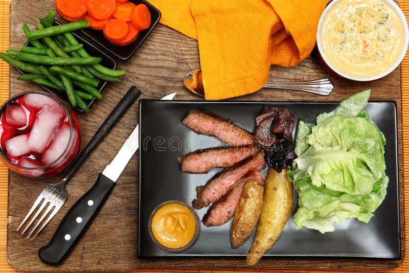Geschroeide Lapje vlees en Jonge visaardappels royalty-vrije stock afbeeldingen