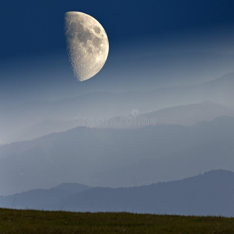 Geschwankte Horizonte und großer Mond in den Bergen von Niederösterreich stockbild