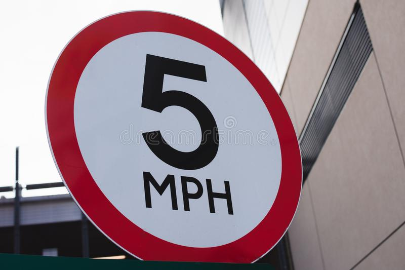 Geschwindigkeit 5 MPH-Zeichen Fünf Meilen pro Stunde Verkehrszeichen lizenzfreie stockbilder