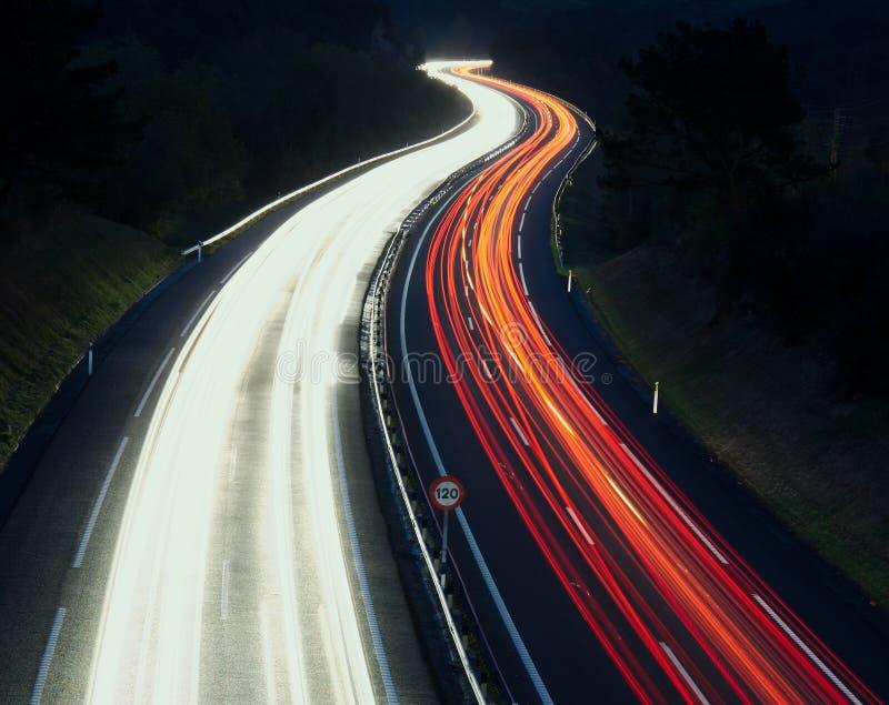 Geschwindigkeits-Verkehr - Licht schleppt auf Autobahnlandstraße nachts, A8 lizenzfreie stockfotos