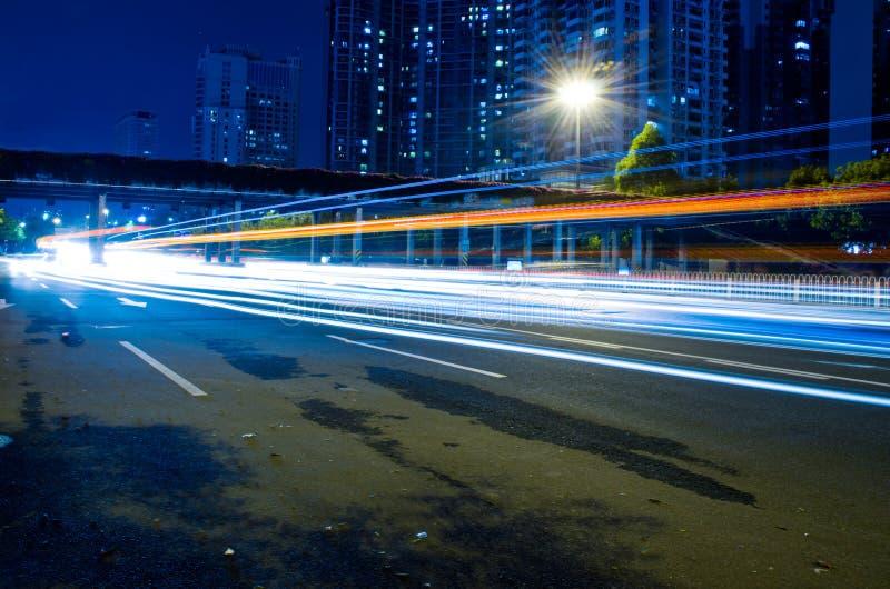 Geschwindigkeits-Verkehr - Licht schleppt auf Autobahnlandstraße nachts lizenzfreie stockfotografie