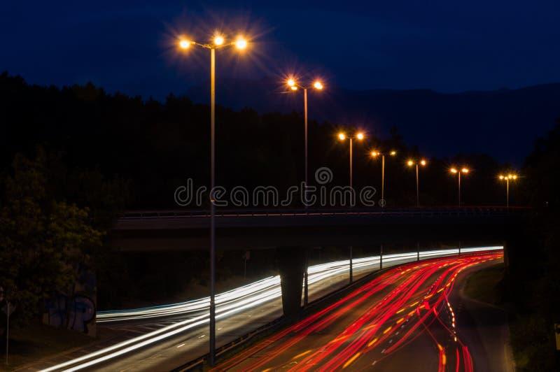 Geschwindigkeits-Verkehr zur drastischen Sonnenuntergangs-Zeit stockfotos
