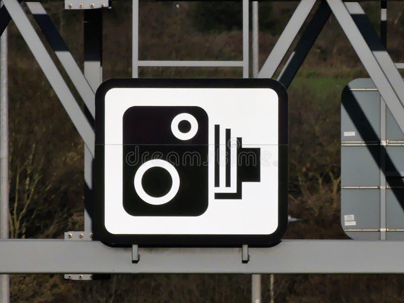 Geschwindigkeitskamerazeichen auf Bock über der Autobahn M25 in Hertfordshire lizenzfreie abbildung