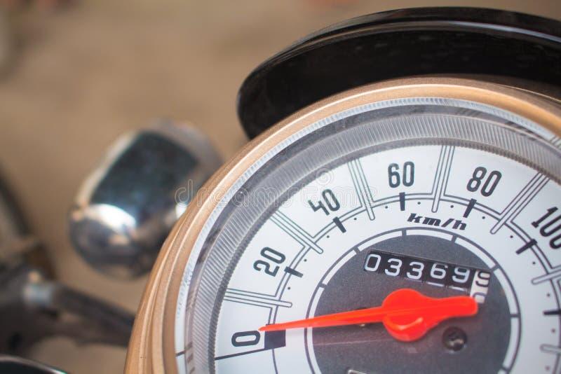 Geschwindigkeitsmesser auf Motorradarmaturenbrett Runder Geschwindigkeitsmesser mit rotem Pfeil lizenzfreies stockbild
