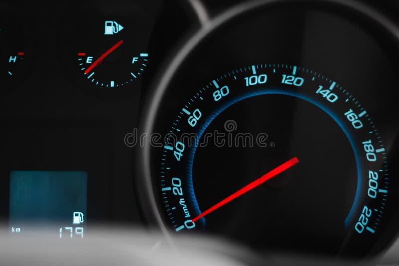 Geschwindigkeitsmesser des modernen Autos, Nahaufnahmefoto lizenzfreies stockbild