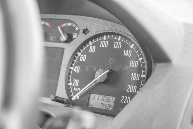 Geschwindigkeitsmesser im Auto stockfotos