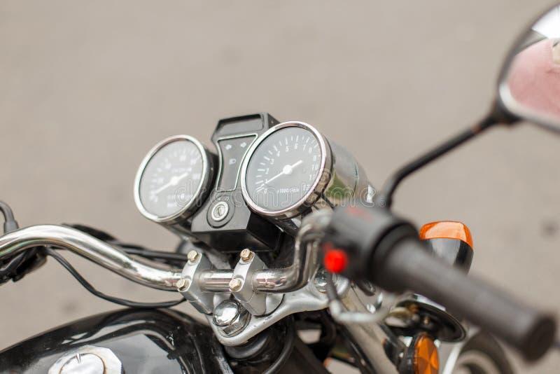 Geschwindigkeitsmesser und Tachometer einer Weinlesemotorradnahaufnahme stockfoto