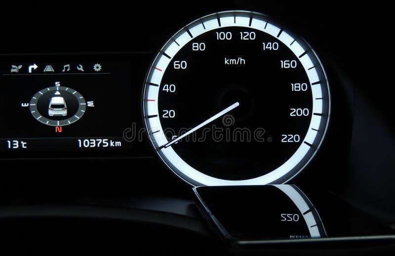 Geschwindigkeitsmesserreflexionen auf der Glasoberfläche des Handys im Fahrzeug lizenzfreie stockbilder