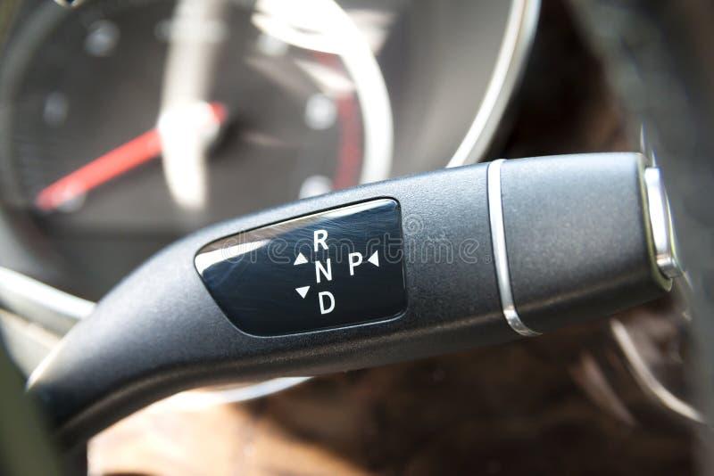GeschwindigkeitsregelungsGangschaltungs-Griff swith Stock in modernem Auto interi stockfotos