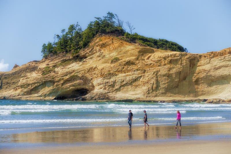 Geschwister, die auf Strand an der pazifischen Stadt auf Oregon-Küste gehen lizenzfreie stockfotos