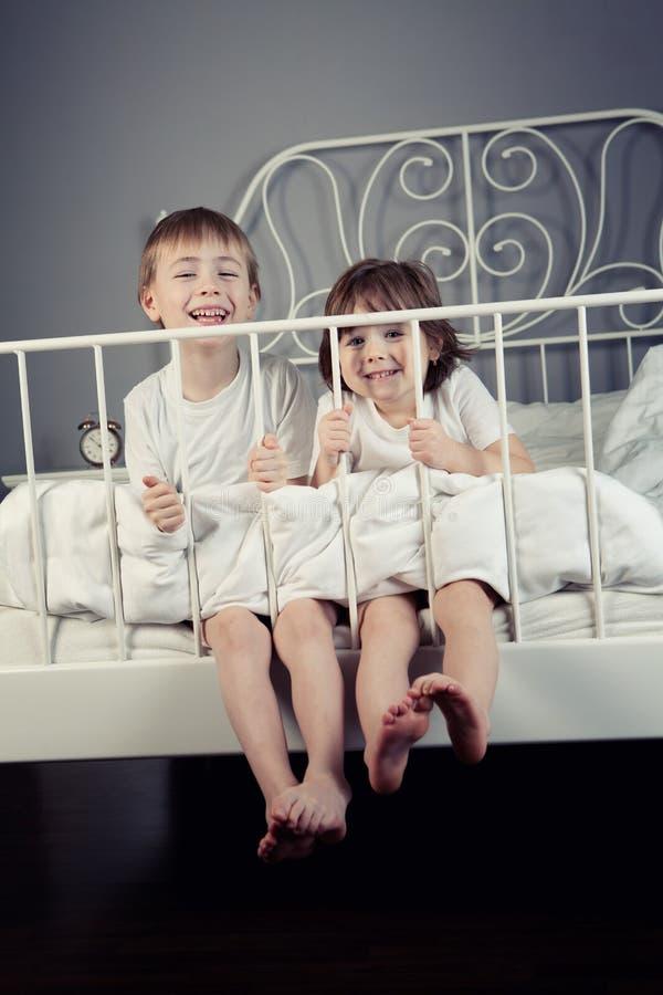 Geschwister, die Gesichter ziehen lizenzfreie stockfotografie