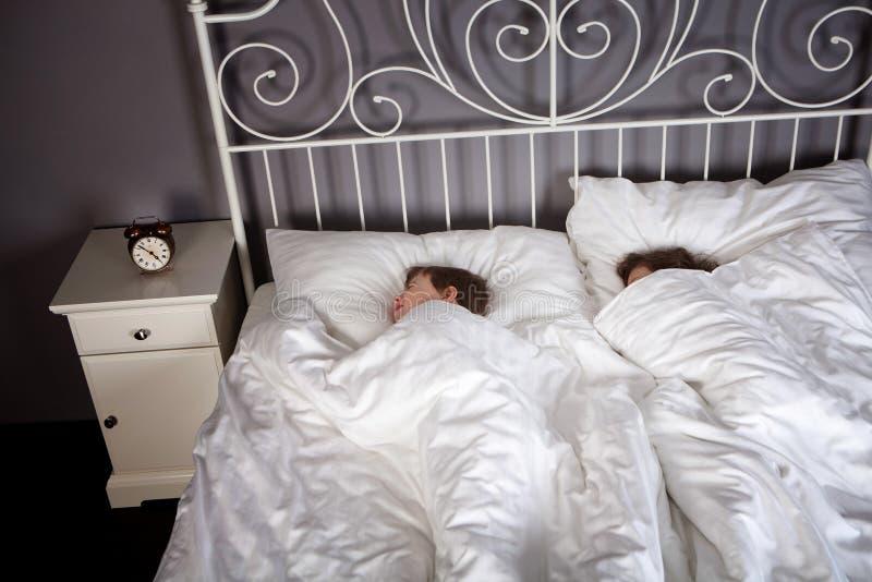 Geschwister im Bett lizenzfreie stockfotografie