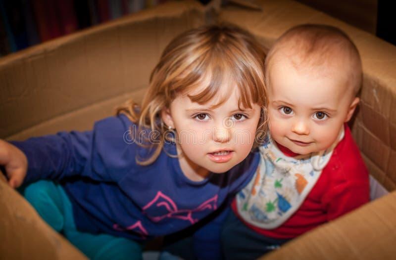 Geschwister im Kasten lizenzfreie stockfotos