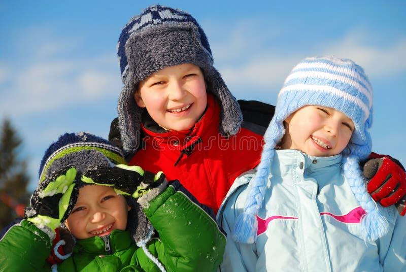 Geschwister im Winter lizenzfreie stockfotografie